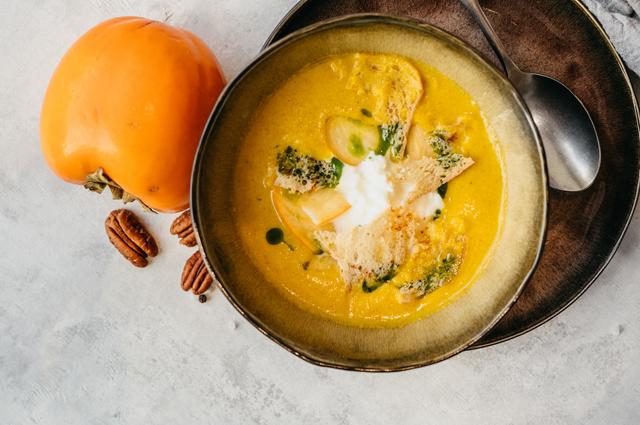 В блендере можно готовить изысканные блюда, например, суп-пюре с хурмой и страчателлой.