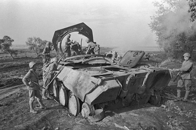 Советские воины стоят рядом с немецкой самоходной пушкой «Пантера», уничтоженной советской артиллерией под Прохоровкой. Курская дуга.