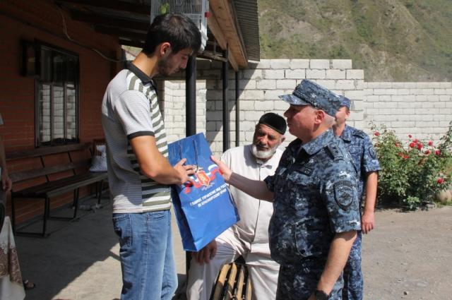 Мансуру вручили подарок от сибирских полицейских.