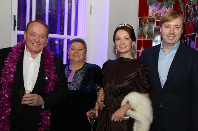 Телеведущий Александр Масляков с супругой Светланой (слева) и телеведущий Александр Масляков-младший с супругой Ангелиной на традиционном Bosco Балу в Театре Наций.