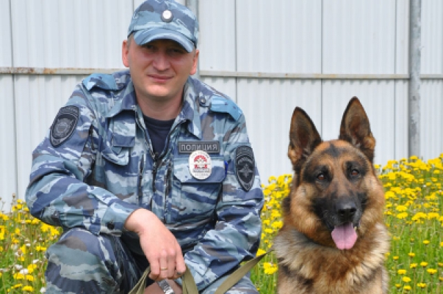 Волонтёр заметил след Матвея, а пёс Тарон показал направление движения.