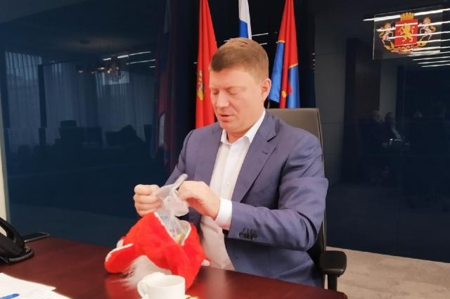Сергей Ерёмин уже проверяет новогодние подарки, которые получат школьники и воспитанники детских домов.