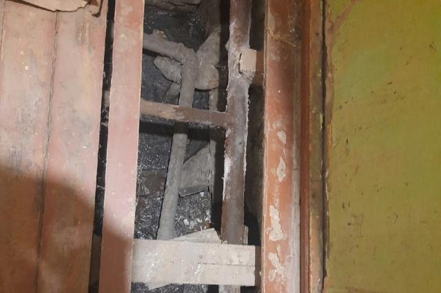 Под полом на первом этаже влажность - сюда стекает вода из канализации.