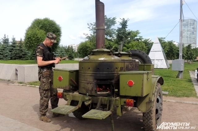 Петербуржцев угостят блюдами полевой кухни.