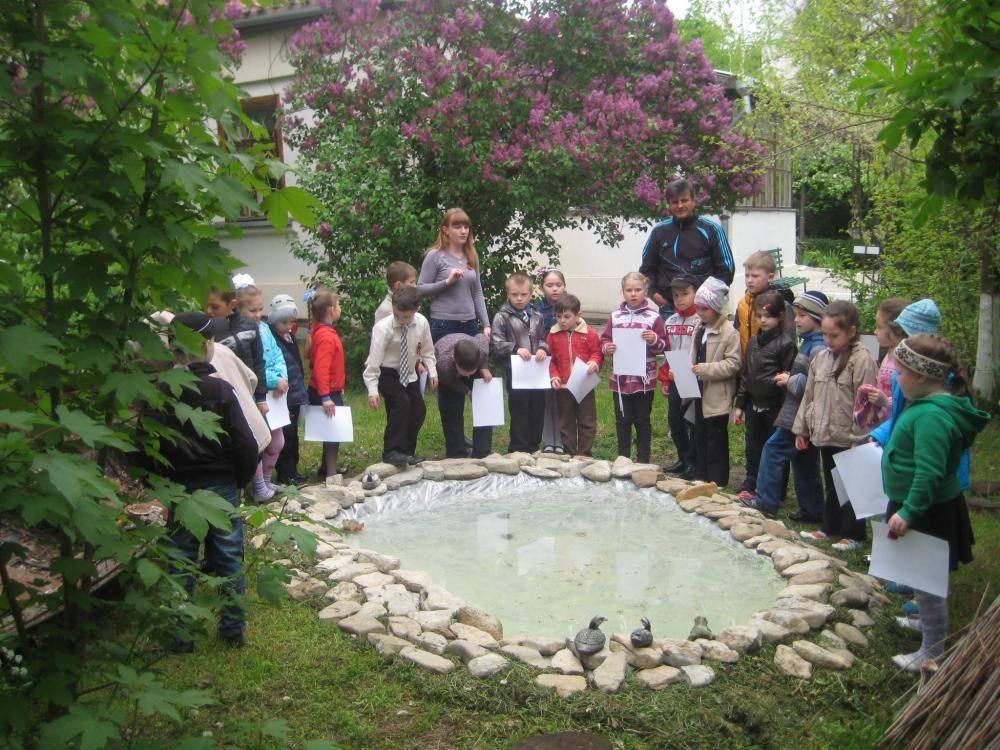 Школьники изучают творчество писателя в саду музея.