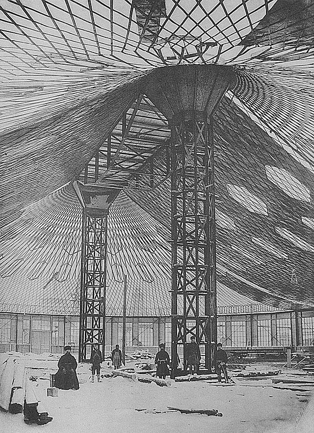 Строительство овального павильона с сетчатым стальным висячим покрытием для Всероссийской выставки 1896 года в Нижнем Новгороде, фотография А. О. Карелина, 1895