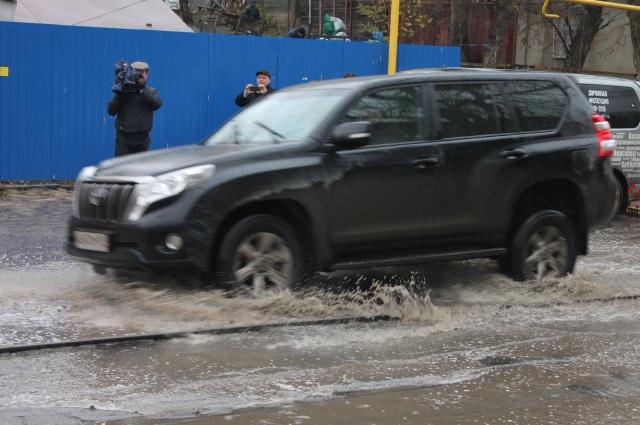 По некоторым ростовским улицам можно проехать только на внедорожниках.