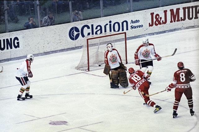 Сборная СССР поражает ворота канадцев. 1979 год.