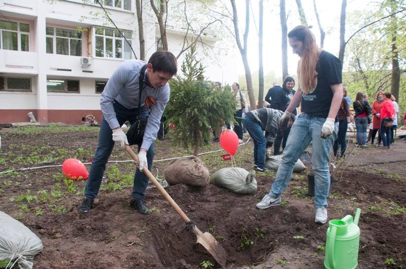 Максим Юдин («Максавит») посадил дерево в память о погибшем на войне деде.