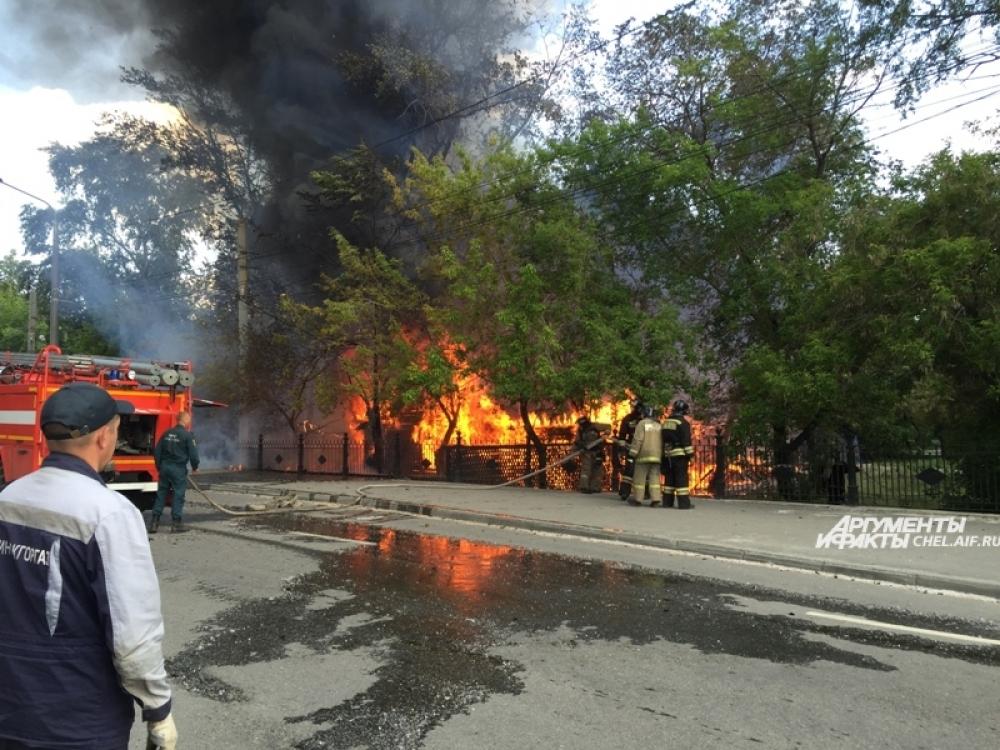Загорелось кафе рядом со входом в парк.