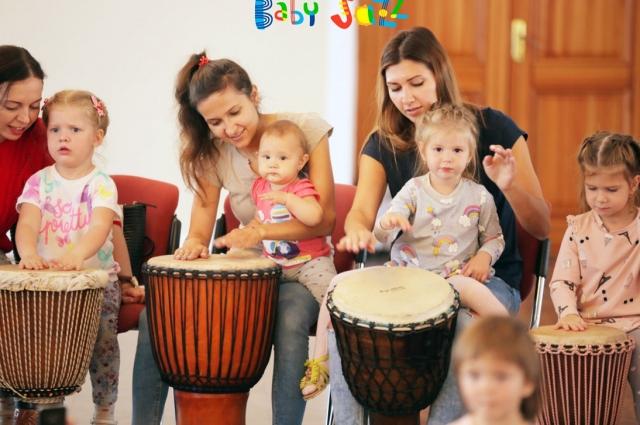 На мини-концерты под звучным названием «Бэби-джаз» приходят женщины с детьми от рождения до школьного возраста.