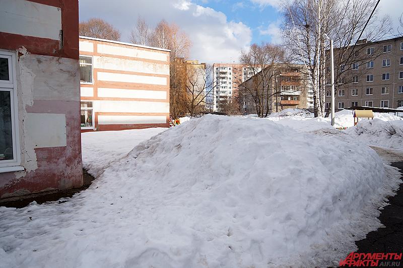 Территория детсада до сих пор завалена снегом.