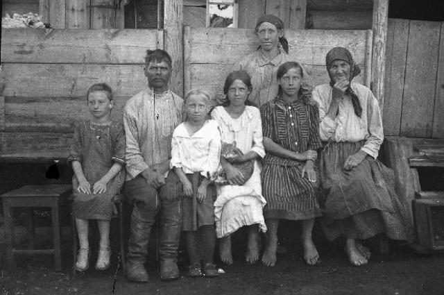 Крестьянская семья в д. Базаихе. 1927 г. Фото Юшков И.И.