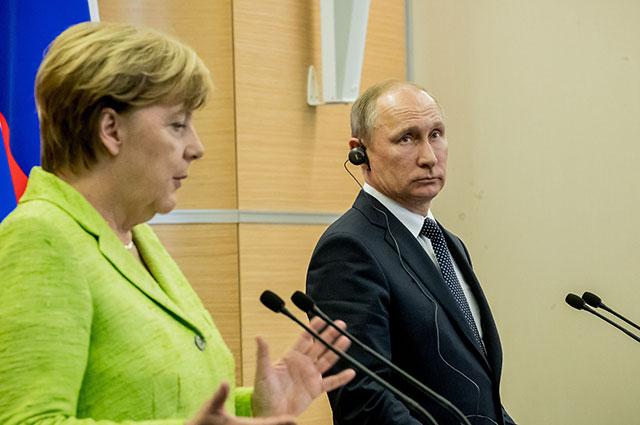 Ангела Меркель и Владимир Путин на пресс-конференции по итогам переговоров в Сочи.