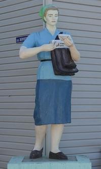 Памятник женщине-почтальону