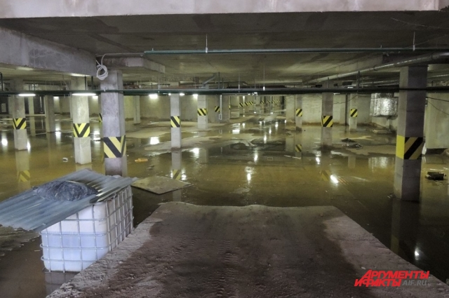 Подземный паркинг залит водой.