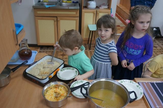 Все дети в группе Евгения Владимировича Пепеляева сами накладывают себе обед.