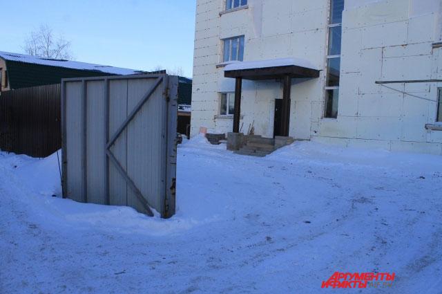 Несмотря на то, что деятельность  приют приостановлена, ворота на  территорию по-прежнему открыты.