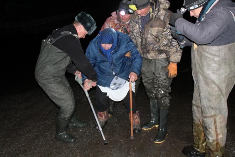 Спасатели помогают, в первую очередь, пожилым и маломобильным.