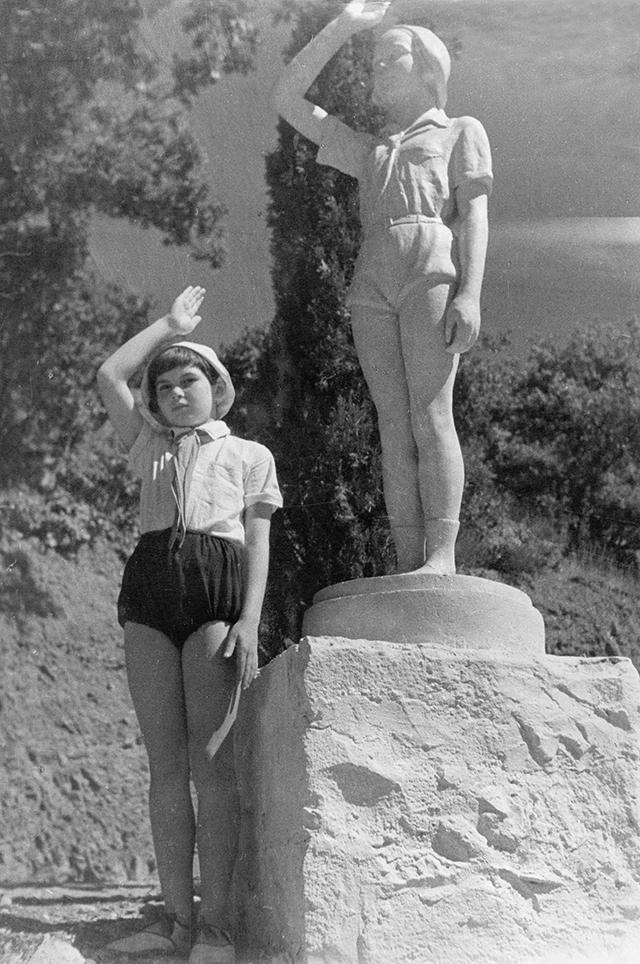 Юная пионерка в Артеке, 1939 год