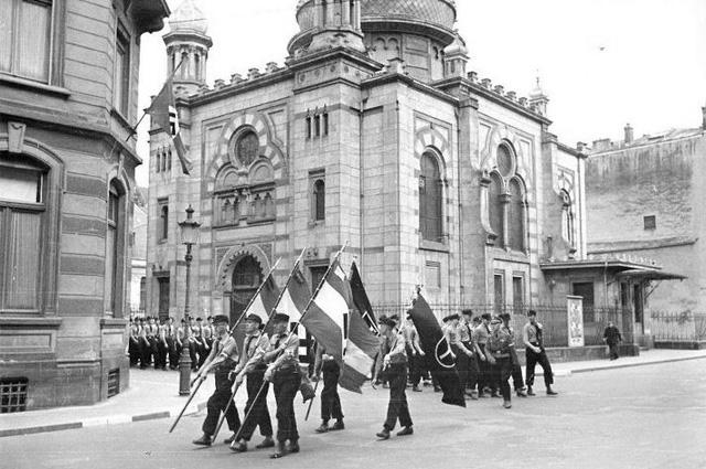 Парад нацистов в районе синагоги (уничтоженной в 1943 году) в городе Люксембург. 1941 год.
