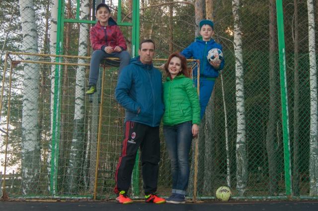 В семье растёт два футболиста.