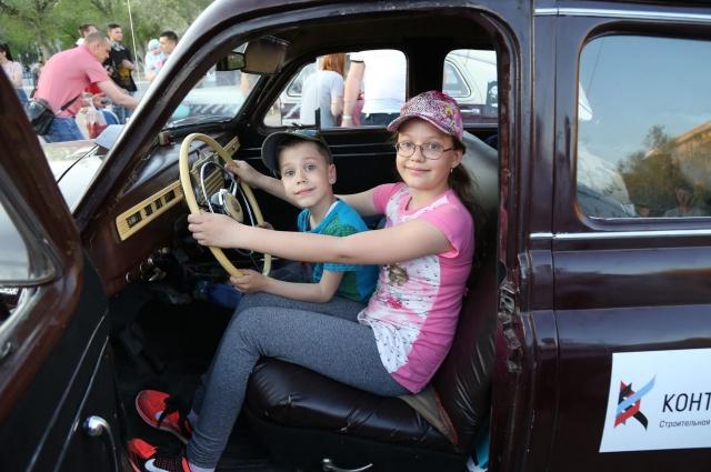 Дети были в восторге от ретро-автомобилей. Им разрешали посидеть за рулем и нажать на клаксон