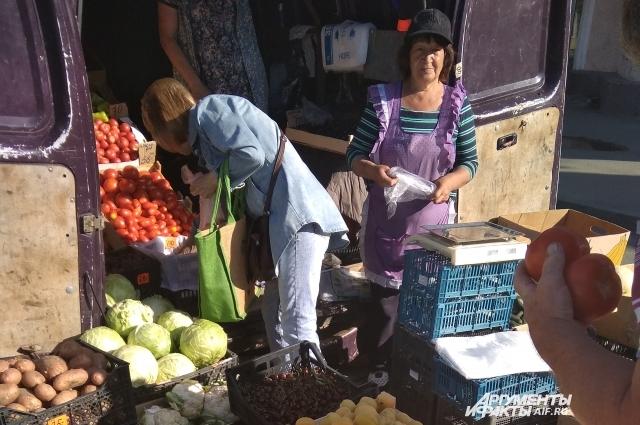 Торговля идет на перекрестке. Покупая здесь фрукты и овощи, вы рискуете здоровьем.