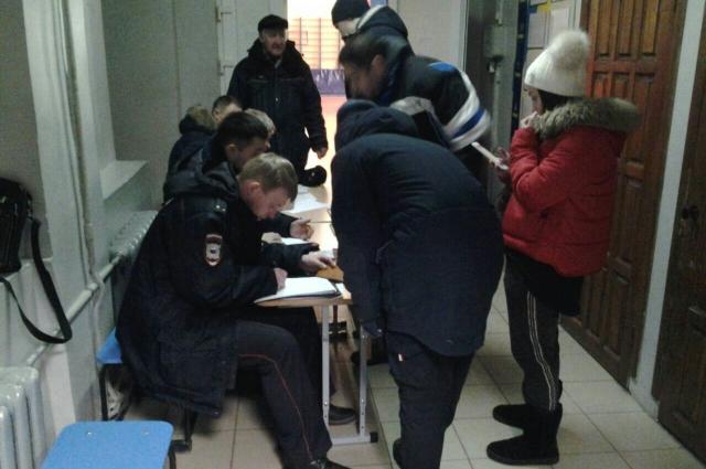 В гимназии № 33, где временно разместили людей, проходит регистрация.