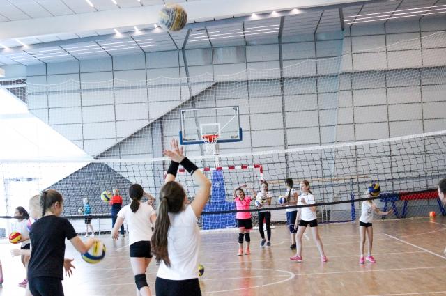 В огромном здании хватило места не только для бассейнов - здесь есть тренажёрный зал, класс для фитнеса и многофункциональная площадка для занятий мини-футболом, баскетболом и волейболом.