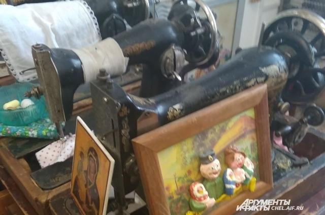Мастерская учит девочек шить и вышивать.