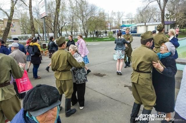 У фонтана играл духовой оркестр, под его мелодии в вальсах кружили как совсем юные оренбурцы, так и ветераны.