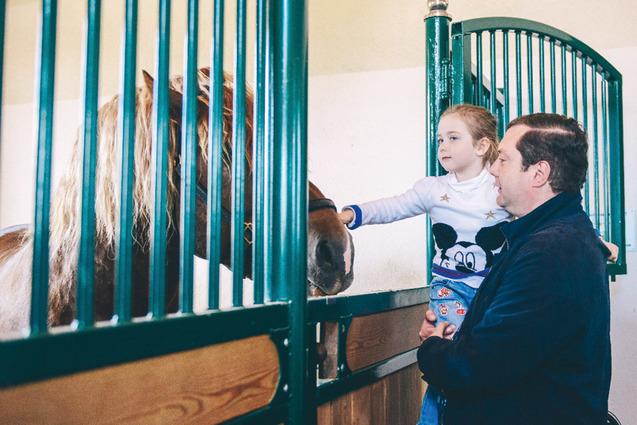 Глава региона показывает младшей дочери одного из коней.