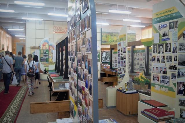 В музее «АЗОТа» собраны фотографии сотрудников и директоров завода, начиная с его открытия в 1956 г.