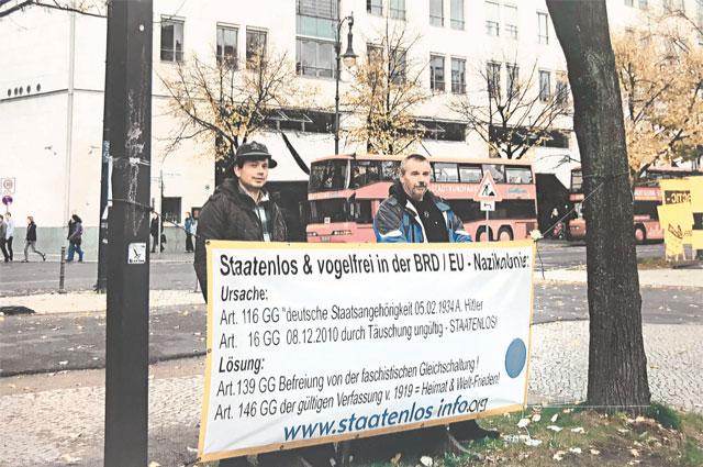 Андре (справа) вместе с единомышленником на пикете против политики властей ФРГ.
