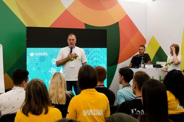 Управляющий Ставропольским отделением Сбербанка Алексей Чванов побеседовал с участниками молодёжного форума.