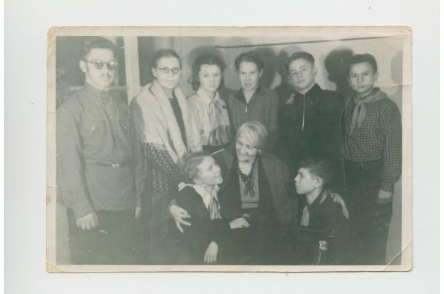Гена Переседов (внизу справа) в школьном драмкружке