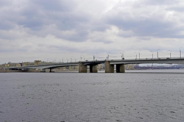 Разводной мост через Неву. Соединяет центральную часть города и правый берег Невы.