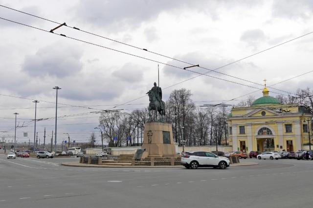 Название присвоено в 1952 г., возвращено к 250-летию города, до этого с 1923-го площадь называлась Красной.