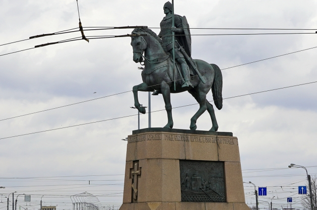 Конный монумент установлен перед входом в Лавру 9 мая 2002 г.