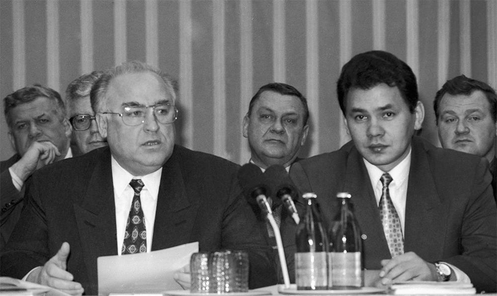 Председатель СМ РФ Виктор Черномырдин  и Сергей Шойгу а совещании в штабе МЧС. 1994 год.