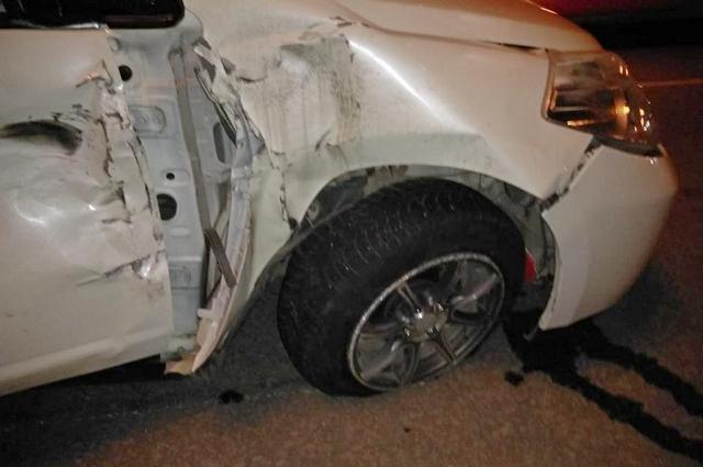 Nissan Tiida увезли с места аварии на эвакуаторе – после ДТП с мотоциклом автомобиль не на ходу.