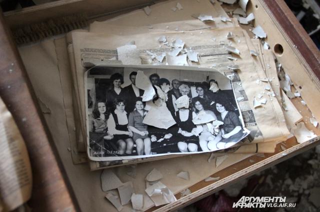 Старая фотография в ящике стола.