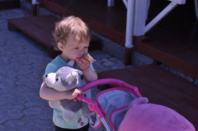 Привлекайте старшего ребёнка к ухаживанию за новорождённым.