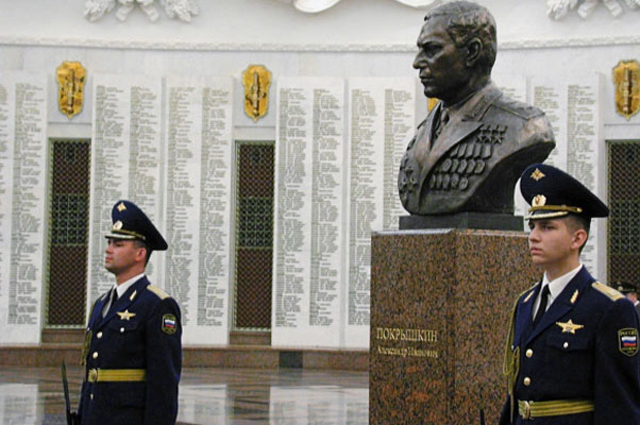 Почетный караул у памятного бюста Александру Покрышкину.