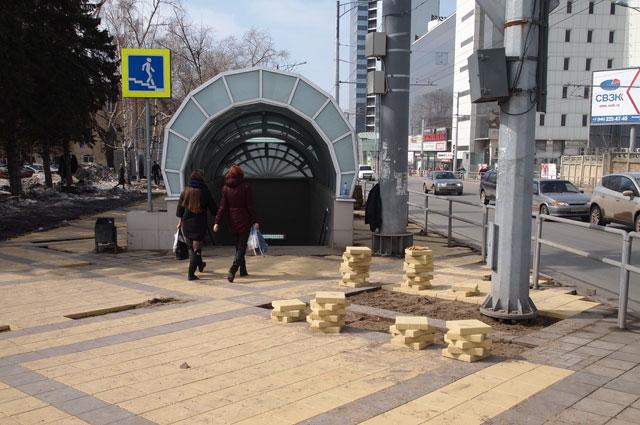 На некоторых тротуарах покрыттие надо устанавливать заново.