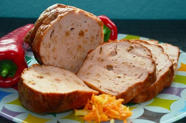 Рулет можно также приготовить из куриного мяса.