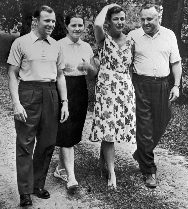 Юрий Гагарин и Сергей Королёв с жёнами - Валентиной Гагариной и Ниной Королёвой во время отдыха, 1961 г.\b