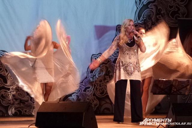 Зал пел и танцевал вместе с артисткой.