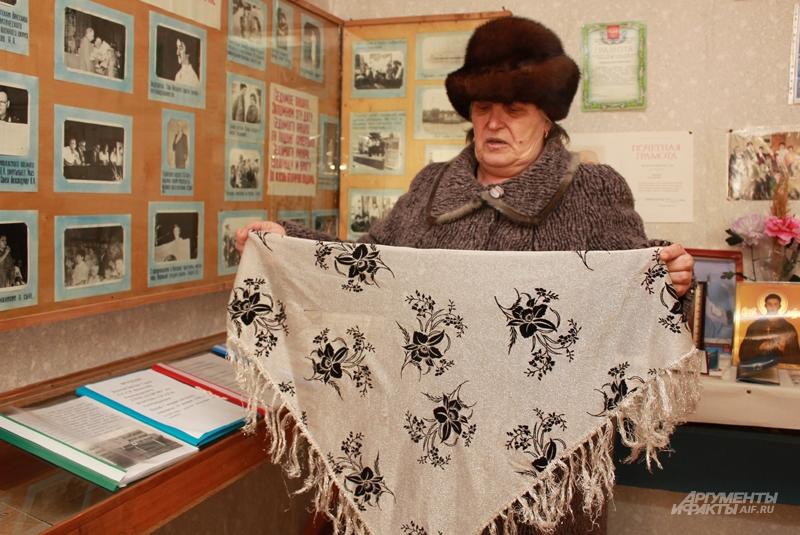 Платок, который привезли в подарок боевые товарищи Славы, женщина хранит до сих пор